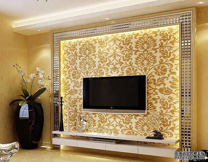 白色菱形软包的背景墙与同样材质的茶几搭配,和谐统一,蓝色的沙发则给空间增添了靓丽色彩。  该空间的电视背景墙分上下两部分,上面是陈列架,巧妙地装饰了墙壁,还节省空间。下面的大理石抽屉设计,还提高空间的立体感和层次感。   大理石被划分成长方形块,光滑的质地将墙面衬托得优雅奢华。